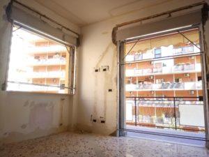 cassonetti a scomparsa montanti in un appartamento in ristrutturazione