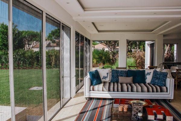 zanzariera plissettata installata in un ambiente domestico, su aperture molto grandi