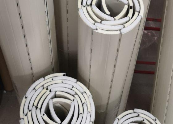 Primo piano sulle tapparelle in alluminio pronte per essere confezionate