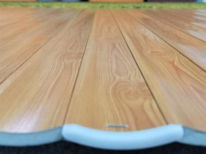 Particolare di lavorazione della tapparella in alluminio con tapposu tavolo di assemblaggio